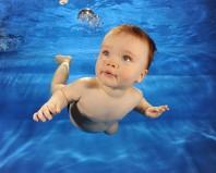 Грудничок плывет под водой