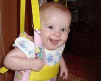 Довольный малыш в прыгунках