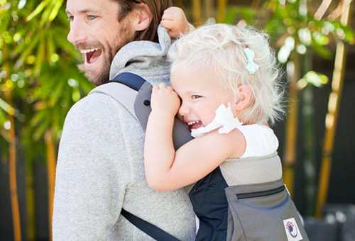 Папа несет ребенка в рюкзаке-переноске
