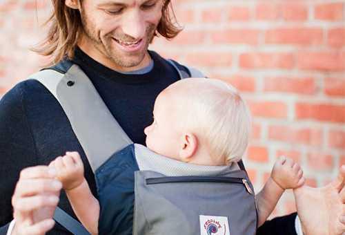 Малыш в рюкзаке-переноске