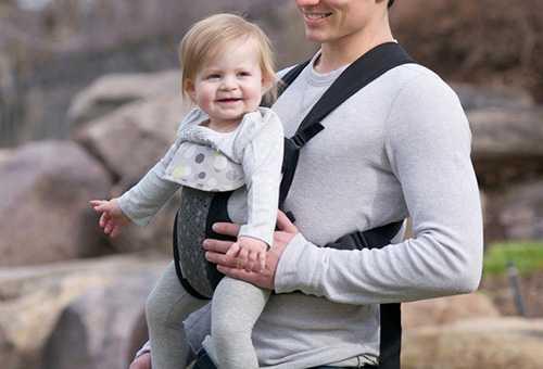 Девочка полутора лет в рюкзаке для переноски