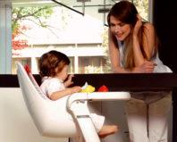 Мама посадила малыша в детский стульчик