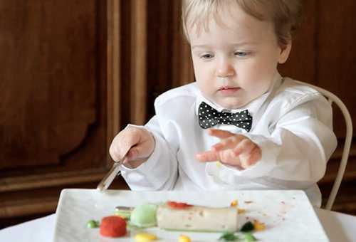 Ребенок учится есть самостоятельно