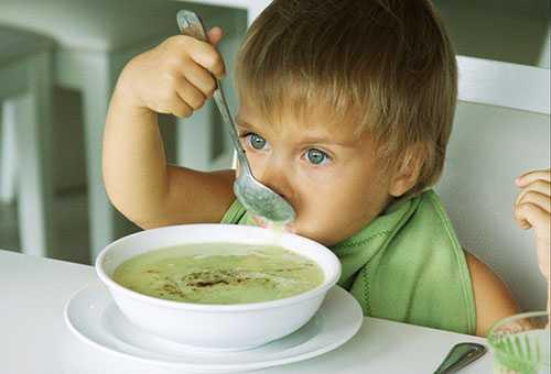 Ребенок кушает ложкой сам