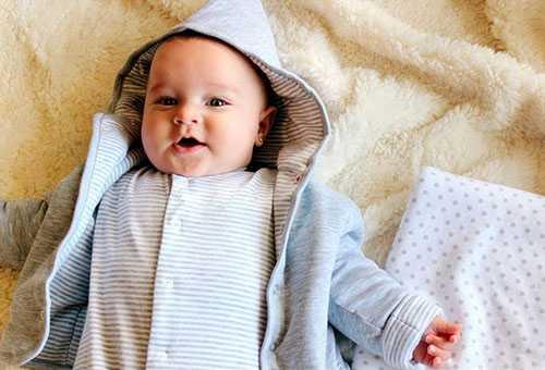 Новорожденный, одетый на весеннюю прогулку