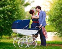 Семейная прогулка с новорожденным
