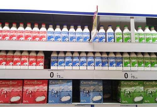 Витрина с молоком в магазине