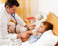 Педиатр обследует ребенка