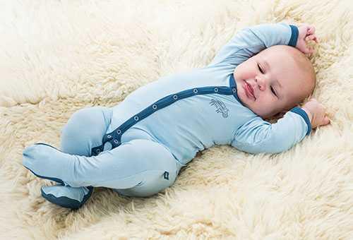 Новорожденный в новой одежде по размеру