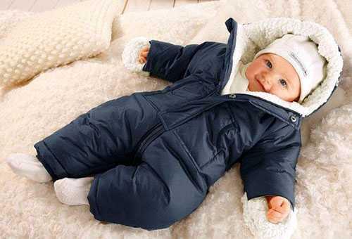 Новорожденный в зимней одежде
