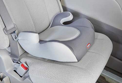 Автомобильный бустер, закрепленный на пассажирском сидении