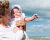 Мама с новорожденной девочкой во время летней прогулки