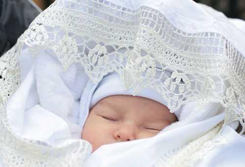 Спящий новорожденный во время первой прогулки