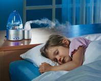 Ребенок спит рядом с работающим увлажнителем воздуха