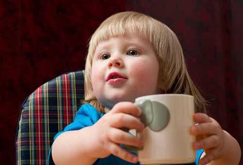 Ребенок самостоятельно пьет из кружки
