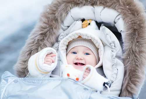 Восьмимесячный ребенок на зимней прогулке