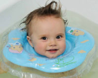 Довольный малыш в плавательном круге