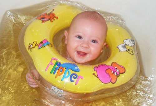 Новорожденный с плавательным кругом на шее