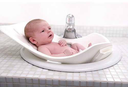 Новорожденный в ванночке