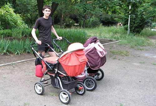 Молодой отец с двумя колясками