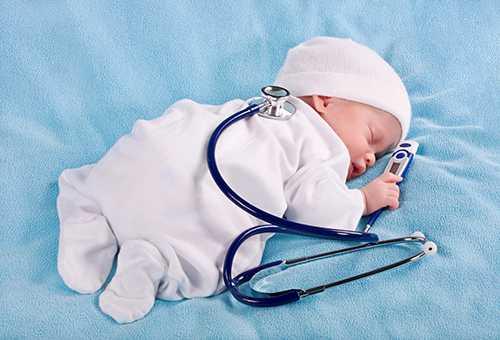Спящий грудничок с медицинскими приборами