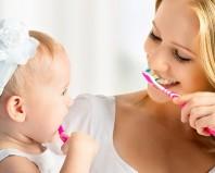 Мама учит дочку чистить зубы