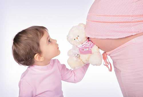 Трехлетний малыш ожидает братика или сестричку