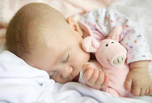 Ребенок спит с мягкой игрушкой