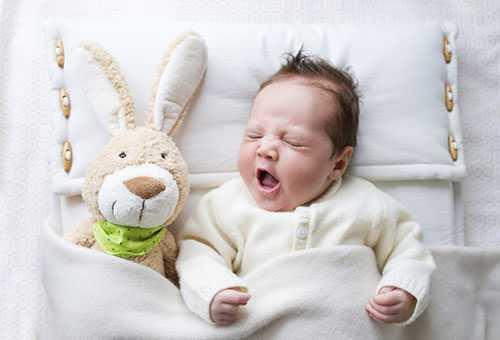 Малыш засыпает с плюшевым зайцем