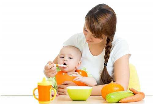 Мама кормит ребенка овощным пюре