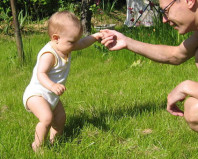 Ребенок делает первые шаги