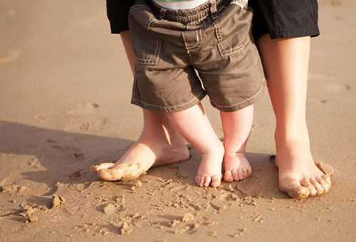 Ребенок ходит с помощью мамы