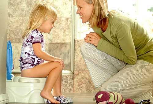 Девочка на горшке разговаривает с мамой
