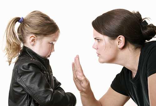 Мама запрещает что-то дочке