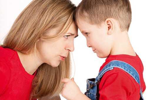 Мама объясняет сыну правила поведения