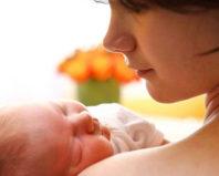 Молодая мама со спящим грудничком