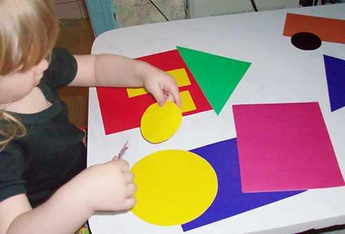 Ребенок вырезает геометрические фигуры