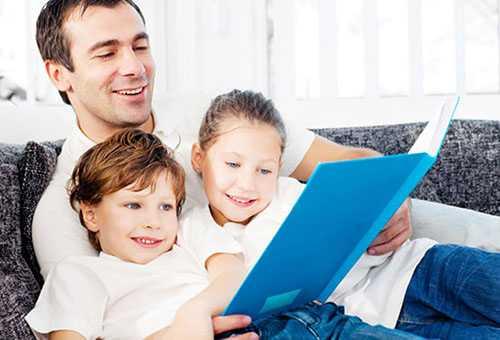 Папа учит детей читать