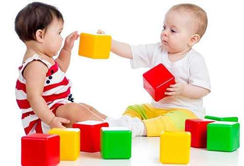Дети играют цветными кубиками