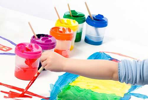 Ребенок рисует яркими красками