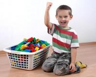 Ребенок убрал игрушки в корзинку