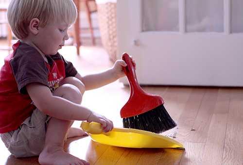 Трехлетний ребенок делает уборку