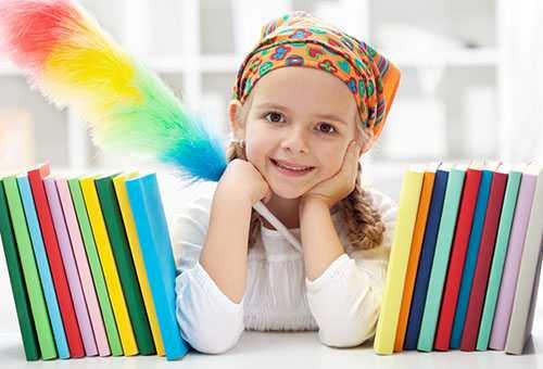Девочка во время уборки комнаты