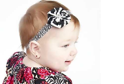 Малышка с сережками в ушах