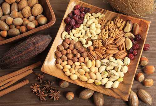 Разные виды орехов на одной тарелке