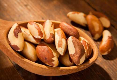 Орехи в деревянной ложке