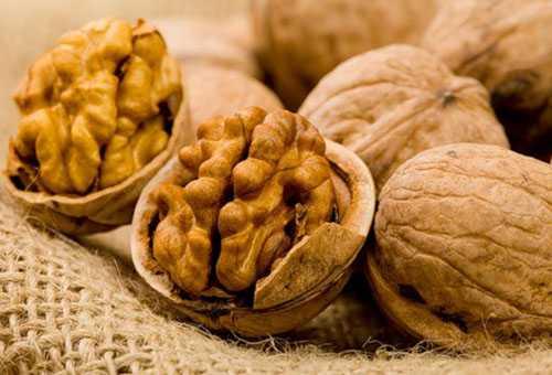 Орехи при грудном вскармливании: можно или нельзя?