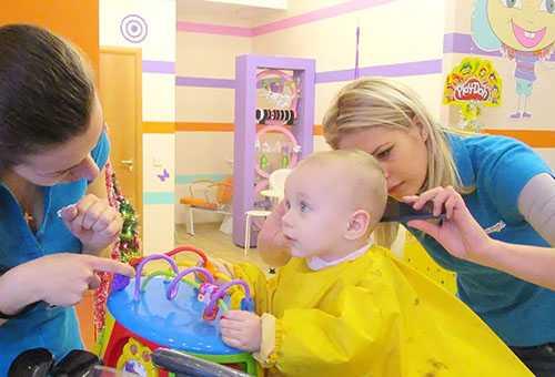 Ребенок у парикмахера