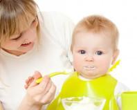 Малыш ест первый прикорм