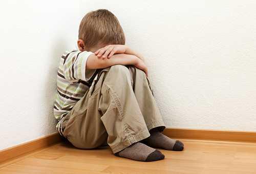 Ребенок грустит в углу